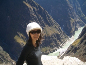 I'm subconsciously dreaming of escaping to paradise, the Tiger Leaping Gorge. Inches behind me is a scary cliff. It's about 3,000 meters to the river bottom!